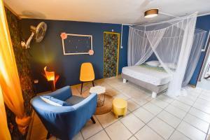 Un ou plusieurs lits dans un hébergement de l'établissement la maison des oeillets Aéroport Roland Garros