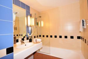 A bathroom at Kyriad Prestige Bordeaux Aeroport