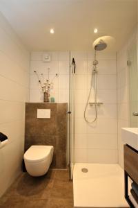 A bathroom at Wadden (W)eiland Bed en Breakfast op Texel
