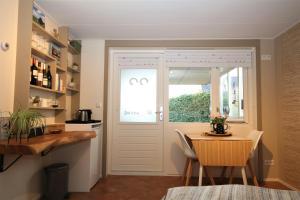 A kitchen or kitchenette at Wadden (W)eiland Bed en Breakfast op Texel