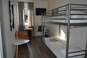 Våningssäng eller våningssängar i ett rum på Solsta Hotell