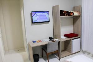 Uma TV ou centro de entretenimento em AJ Hotel Chapecó