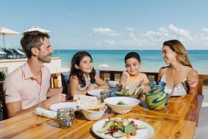 Familia alojada en Grand Hyatt Playa del Carmen Resort