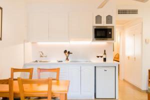 A kitchen or kitchenette at Apartamentos Vista Playa I