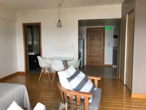 A seating area at Polo Sur Apartamentos