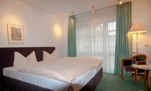 Кровать или кровати в номере Parkhotel Unter den Linden
