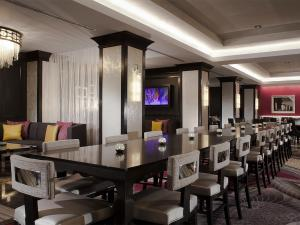 A restaurant or other place to eat at Silversmith Hotel Chicago Downtown