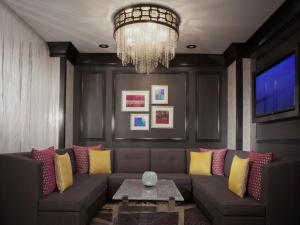 A seating area at Silversmith Hotel Chicago Downtown