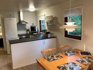 Ett kök eller pentry på Stuga i naturskönt område på västra Tjörn