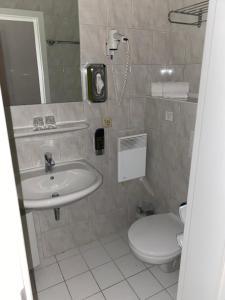 A bathroom at WAGNERS Hotel im Frankenwald