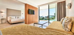 Ein Bett oder Betten in einem Zimmer der Unterkunft Insotel Punta Prima Prestige Suites & Spa