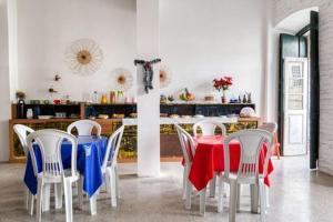 A restaurant or other place to eat at Pousada Cor e Arte - Pelourinho