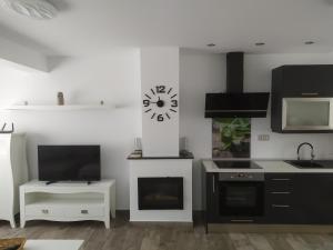 Una televisión o centro de entretenimiento en Aloha Apartament Sun&Beach