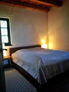 A bed or beds in a room at Somlo Wineshop Guesthouse