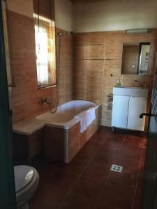 A bathroom at Somlo Wineshop Guesthouse