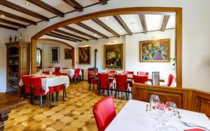 A restaurant or other place to eat at Hôtel Restaurant Kuentz