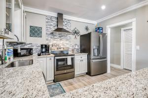 A kitchen or kitchenette at Escape By The Sea 2
