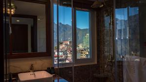 A bathroom at Sapa Horizon Hotel
