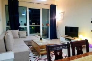 A seating area at SKY NEST HOMES PRIVATE 1 BEDROOM APARTMENT DUBAI MARINA