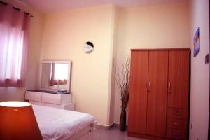 A bed or beds in a room at SKY NEST HOMES PRIVATE 1 BEDROOM APARTMENT DUBAI MARINA
