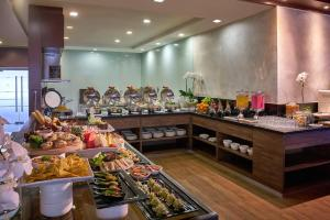 A restaurant or other place to eat at Sama Sama Express KLIA (Airside Transit Hotel)