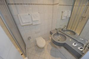 A bathroom at Hotel Heldt Dependance