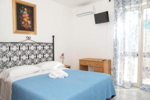 A bed or beds in a room at Hotel Punto Azzurro