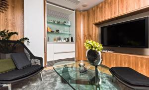 Телевизор и/или развлекательный центр в One Room Hotel
