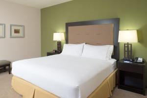 A bed or beds in a room at Holiday Inn Express Hotel & Suites North Sequim, an IHG Hotel