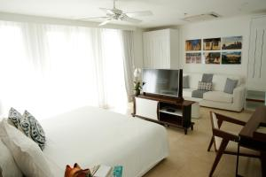 A television and/or entertainment center at Nacar Hotel Cartagena, Curio Collection by Hilton