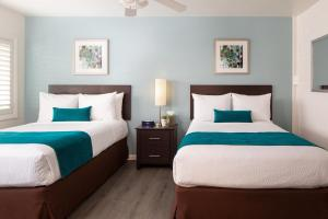 A bed or beds in a room at Santa Monica Motel