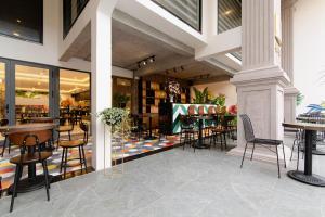 Ein Restaurant oder anderes Speiselokal in der Unterkunft Emily Hotel & Apartment