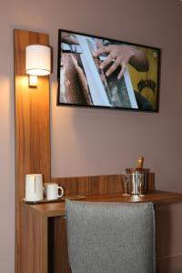 A television and/or entertainment centre at HOTEL EDEN SPA