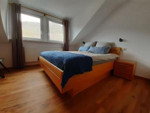 A bed or beds in a room at B&B Haus Moselliebe