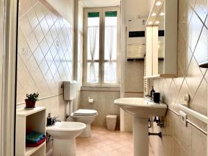 A bathroom at Camera Matrimoniale privata in appartamento condivisibile