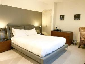 A bed or beds in a room at The Northey Arms