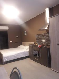 A bed or beds in a room at Hotel La Louve
