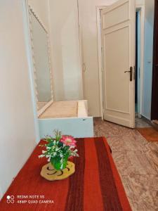 سرير أو أسرّة في غرفة في Abdeen Palace Hostel