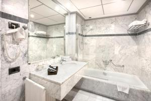A bathroom at Hotel Gran Via