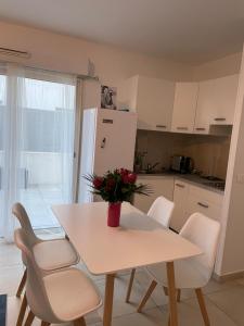 A kitchen or kitchenette at Appartement la plage de la pointe rouge