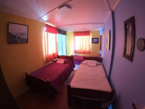 Cama o camas de una habitación en Hostal Recuerdos de Familia