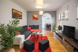 A seating area at Urban Premium Apartments