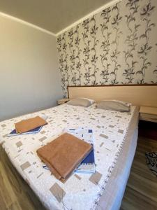 A bed or beds in a room at Холидей Guest House