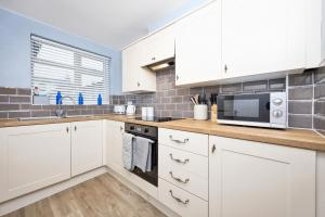 A kitchen or kitchenette at Inspire Homes - Joe's Cottage