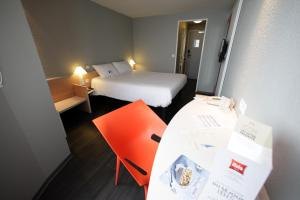 A bed or beds in a room at ibis Granville Port De Plaisance