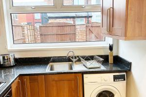 A kitchen or kitchenette at Briscoe Serviced Accommodation