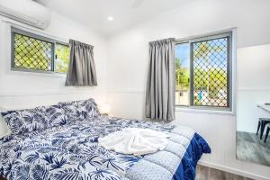 A bed or beds in a room at Lake Tinaroo Holiday Park