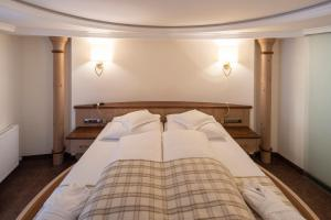 A bed or beds in a room at Superior Hotel Post Ischgl
