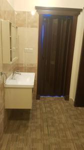 Um banheiro em Arabian Palm Hotel