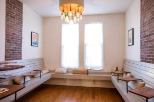 A seating area at 1906 Mission